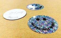 販促ノベルティ ホログラムに両面印刷したノベルティシール